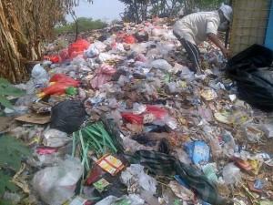 Sampah Menumpuk di Kampung Rumpak Sinang Kelurahan Pakulonan Barat Kecamatan Kelapa Dua