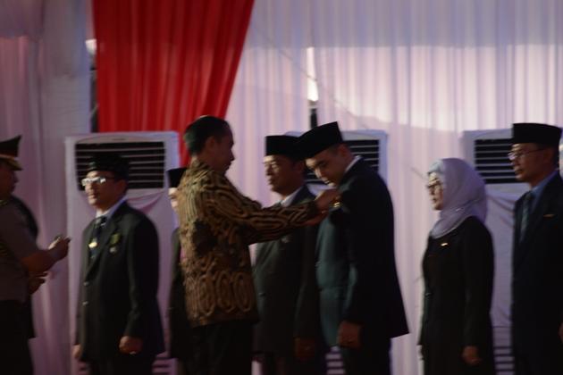 Presiden Jokowi  Anugerahkan  Penghargaan Satyalencana Pembangunan Koperasi kepada Bupati Zaki Iskandar