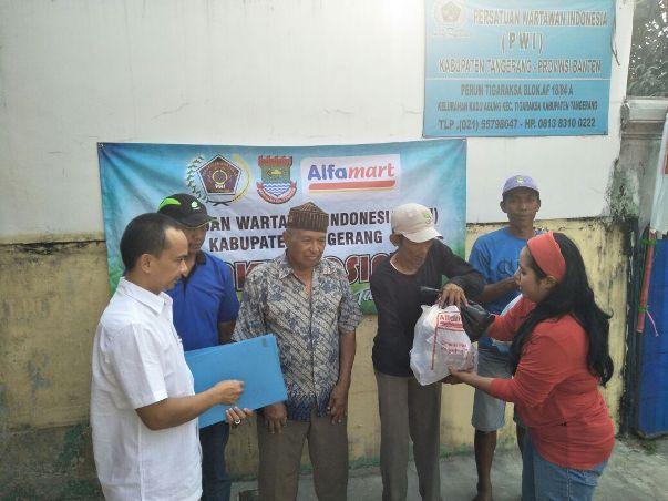 PWI Kabupaten Tangerang Salurkan Daging Kurban dan  Sembako untuk Pesapon