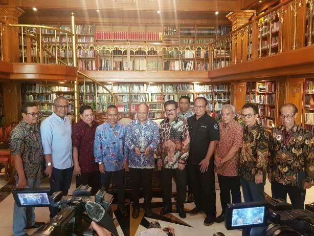PWI Beri Gelar  Bapak Kemerdekaan Pers Indonesia kepada BJ Habibie