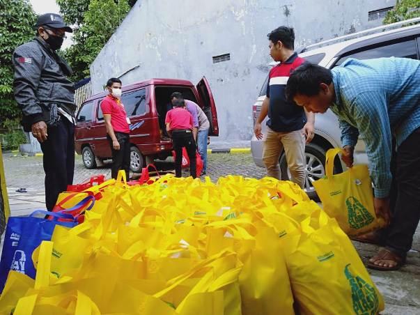 Alfamart Salurkan Bantuan Sembako untuk Warga Terdampak Covid-19