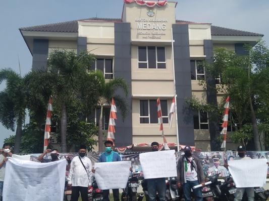 Pertanyakan Soal Ganti Rugi Penataan Jalan, Warga Geruduk Kantor Kelurahan Medang
